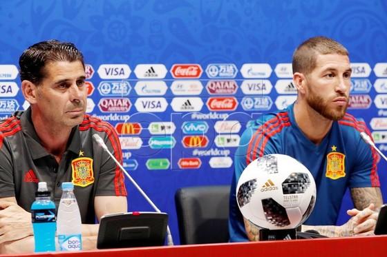 Ramos có buổi họp báo với Hierro.