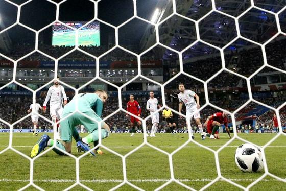 David de Gea ngoái nhìn quả bóng bay vào lưới. Ảnh: Getty Images