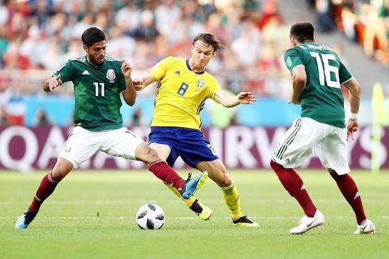 Mexico - Thụy Điển 0-3: Thua bất ngờ, Mexico hú vía vào vòng trong ảnh 1