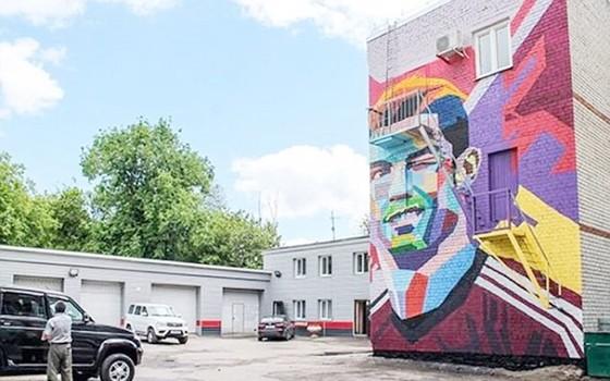 Khách sạn vẽ graffiti nghệ thuật của Ronaldo đối diện với khách sạn Messi ở. Ảnh Twitter.