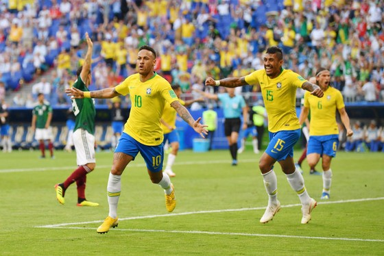 Neymar vui mừng sau bàn mở tỷ số cho Brazil. Ảnh: Getty Images