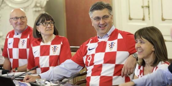 Chính trị gia Croatia mặc áo đội tuyển đi làm ảnh 1