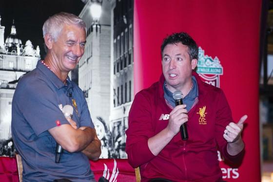 Robbie Fowler (phải) đang cố kềm nén sự bay bổng quá mức của người hâm mộ Liverpool. Ảnh: Getty Images