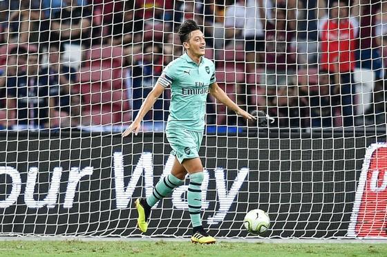 Mesut Oezil mừng bàn mở tỷ số. Ảnh: Getty Images