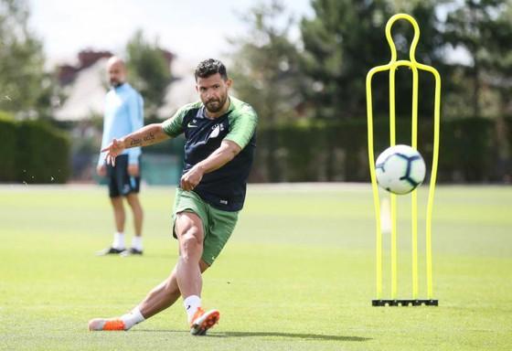 Sergio Aguero tập luyện trước sự quan sát của HLV Pep Guardiola. Ảnh: The Sun