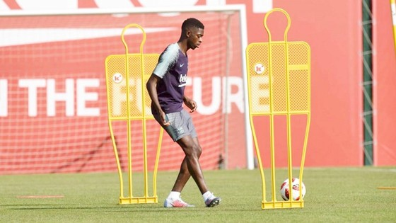 Dembele trở lại tập luyện cùng Barca sớm hơn dự kiến. Ảnh AS.