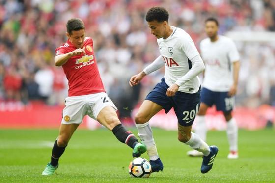 Tottenham (phải) sẽ có chuyến làm khách khó khăn tại Man.United. Ảnh: Getty Images