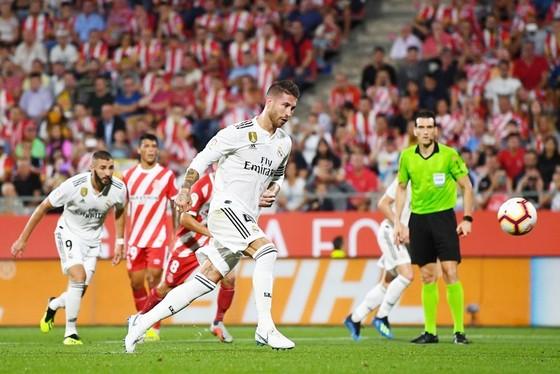 """""""Song sát"""" Bale - Benzema tỏa sáng đưa Real ngự ngôi đầu ảnh 1"""