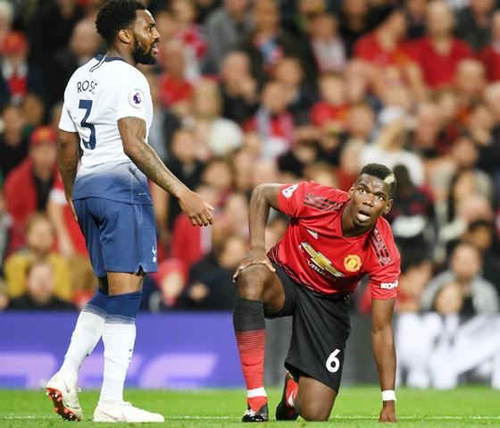 Paul Pogba ngơ ngác vì thất bại. Ảnh: Getty Images