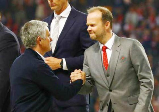 Ed Woodward (phải) và Jose Mourinho tiếp tục quãng thời gian không mặn nồng. Ảnh: Getty Images