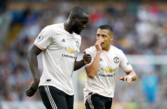 Alexis Sanchez (phải) và Romelu Lukaku đến đã khiến vấn đề tài chính của Man.United khó khăn. Ảnh: Getty Images