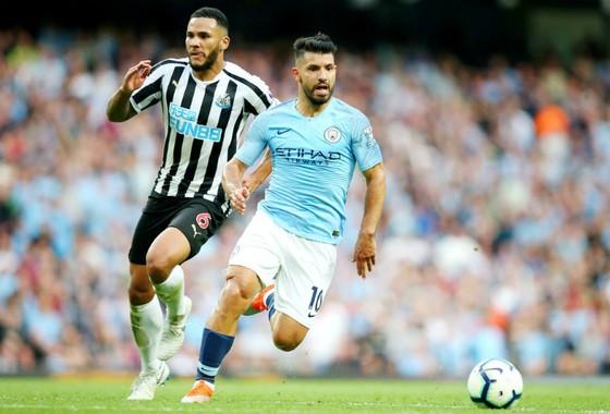 Sergio Aguero (phải) là 1 trong những cầu thủ Man.City năng nổ nhất trong mùa giải mới. Ảnh: Getty Images