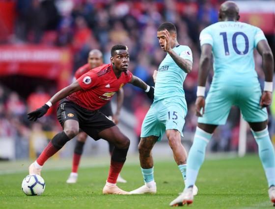 Paul Pogba (trái) đã chơi đầy nỗ lực trong màn ngược dòng trước Newcastle. Ảnh: Getty Images
