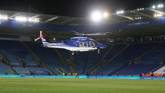 Trực thăng của ông chủ Leicester rơi bên ngoài sân vận động ảnh 1