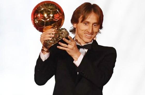 Luka Modric hạnh phúc bên giải thưởng Quả bóng vàng. Ảnh: Getty Images