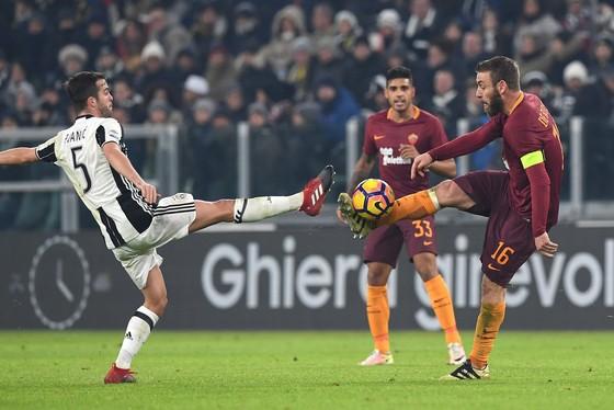 Miralem Pjanic (trái, Juventus) so giày với Daniele De Rossi (Roma).
