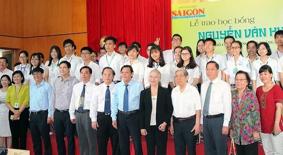 Trao học bổng Nguyễn Văn Hưởng năm 2017 cho 135 SV ngành y  ảnh 5