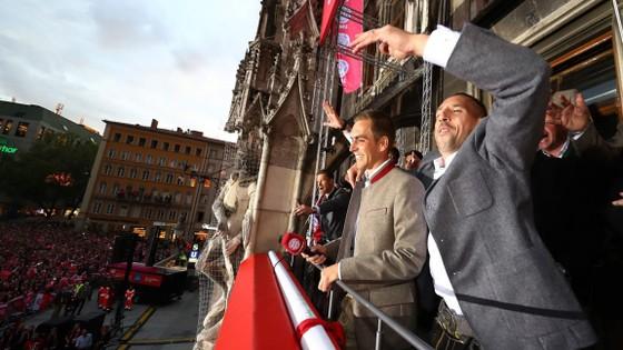 Các cầu thủ Bayern Munich hạnh phúc trong ngày đăng quang trên ban công của Tòa Thị chính Munich.