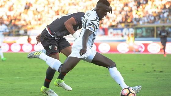 Tiền đạo 17 tuổi Moise Kean (phải, Juventus) ghi tên vào lịch sử khi tung lưới Bologna.