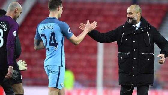 Pep Guardiola (phải) luôn tự tin có thể thành công ở mùa giải tới.