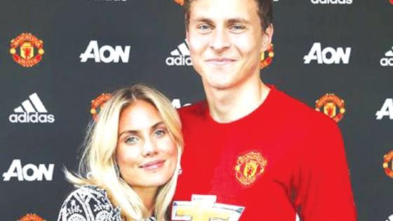 Victor Lindelof bên cạnh bạn gái trong ngày ra mắt Man.United.