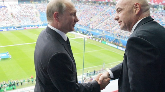 Tổng thống Vladimir Putin (trái) xuất hiện cùng với Chủ tịch FIFA, Gianni Infatino trên sân St. Petersbourg.