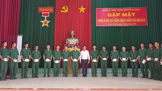 Lãnh đạo Quận 9 thăm, tặng quà 80 chiến sĩ nhập ngũ năm 2018 ảnh 2