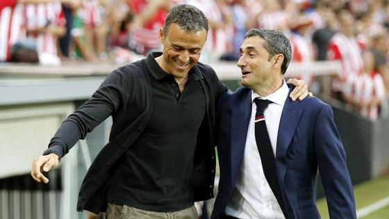 Valverde (phải) được Barca chọn thay Luis Enrique vì sứ mệnh bóng đá trẻ.