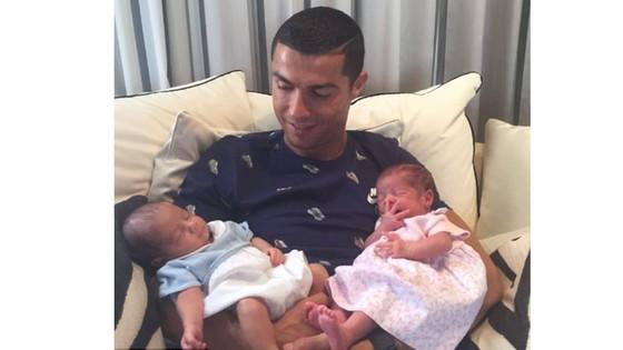 Ronaldo hạnh phúc bên cặp song sinh.