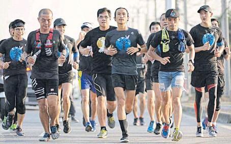 Chạy 400km gây quỹ từ thiện ảnh 1