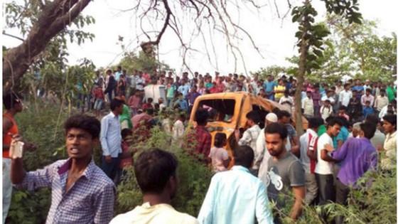 Tàu lửa tông xe buýt chở học sinh, hàng chục người thương vong  ảnh 1