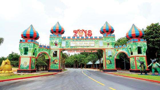 Đại Nam tưng bừng đón lễ 30-4 và 1-5 bằng 7 công trình cổng chào Container hoành tráng ảnh 2