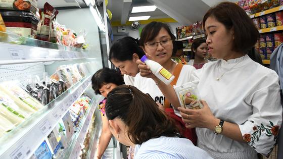 """Giới trẻ """"mua nhanh, ăn nhanh"""" Sài Gòn thích lướt cửa hàng Cheers ảnh 2"""
