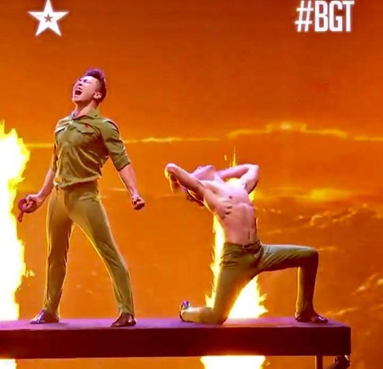 Quốc Cơ - Quốc Nghiệp làm khán giả thót tim tại chung kết Britain's Got Talent 2018 ảnh 9