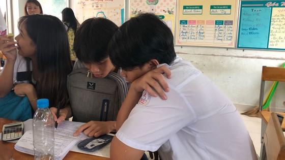 """Đề văn về tiềm lực kinh tế: TS Hà Nội than """"lệch tủ"""", TS TPHCM rạng rỡ ra về ảnh 9"""