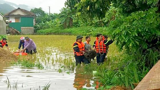Những người lính cứu nạn cứu hộ trong lũ dữ ảnh 4