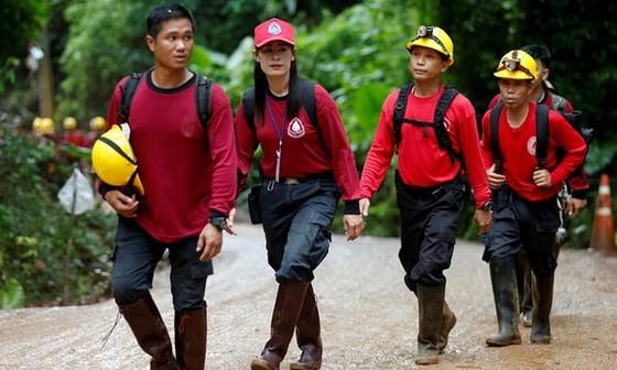 4 thành viên đội bóng được đưa ra khỏi hang, chiến dịch giải cứu tiếp tục vào sáng 9-7 ảnh 18