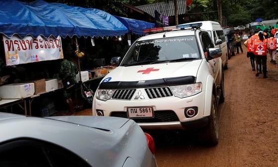 4 thành viên đội bóng được đưa ra khỏi hang, chiến dịch giải cứu tiếp tục vào sáng 9-7 ảnh 23