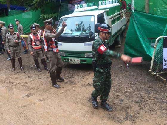 4 thành viên đội bóng được đưa ra khỏi hang, chiến dịch giải cứu tiếp tục vào sáng 9-7 ảnh 17