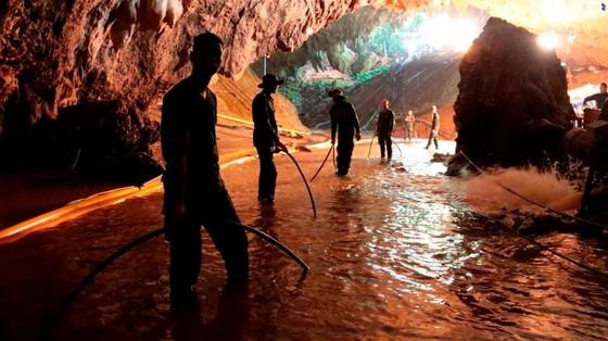 4 thành viên đội bóng được đưa ra khỏi hang, chiến dịch giải cứu tiếp tục vào sáng 9-7 ảnh 13