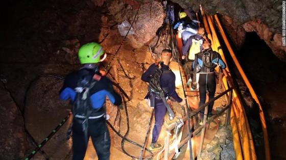 4 thành viên đội bóng được đưa ra khỏi hang, chiến dịch giải cứu tiếp tục vào sáng 9-7 ảnh 14