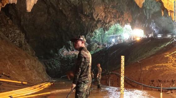 4 thành viên đội bóng được đưa ra khỏi hang, chiến dịch giải cứu tiếp tục vào sáng 9-7 ảnh 15