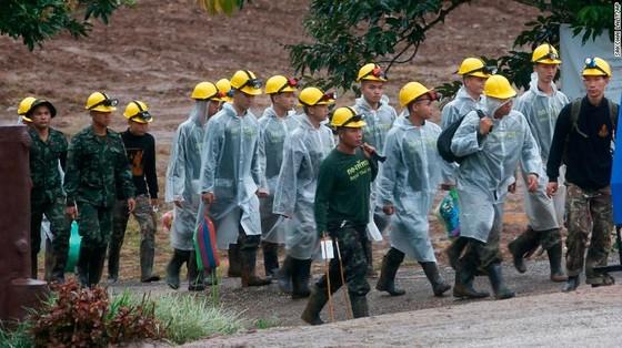 Người đứng đầu lực lượng cứu hộ Narongsak Osottanakorn: 5 thành viên đội bóng sẽ ra ngoài trong ngày hôm nay ảnh 1