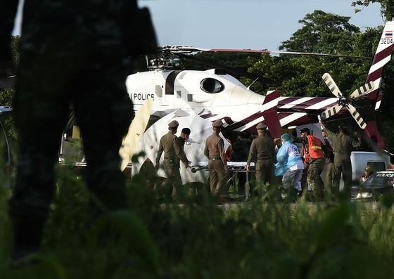 Người đứng đầu lực lượng cứu hộ Narongsak Osottanakorn: 5 thành viên đội bóng sẽ ra ngoài trong ngày hôm nay ảnh 4