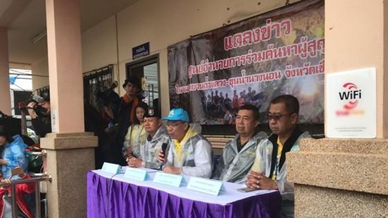 Người đứng đầu lực lượng cứu hộ Narongsak Osottanakorn: 5 thành viên đội bóng sẽ ra ngoài trong ngày hôm nay ảnh 2