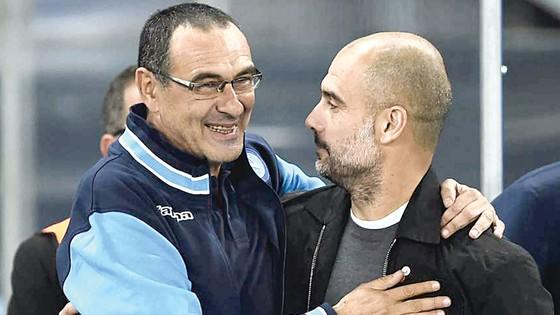 HLV Sarri (trái) là đối thủ đáng gờm của Pep