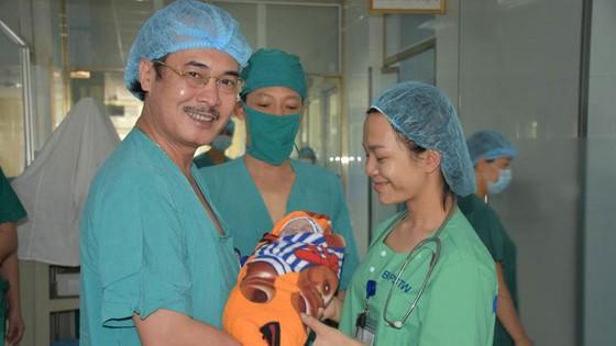 Mổ bắt con thành công cho bệnh nhân bị khó thở do hẹp khít khí quản ảnh 1