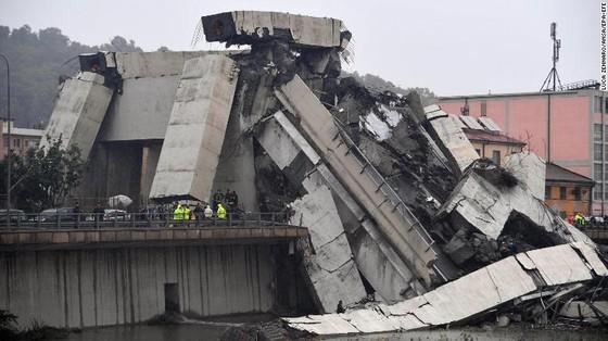 Lực lượng cứu hộ tìm kiếm người sống sót trong đêm trong vụ sập cầu cạn tại Italy ảnh 11