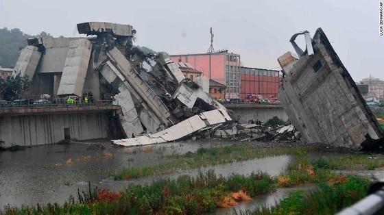 Lực lượng cứu hộ tìm kiếm người sống sót trong đêm trong vụ sập cầu cạn tại Italy ảnh 8