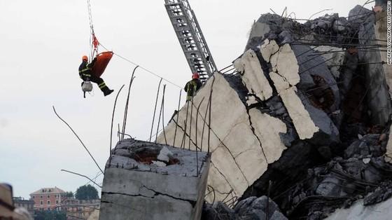 Lực lượng cứu hộ tìm kiếm người sống sót trong đêm trong vụ sập cầu cạn tại Italy ảnh 15